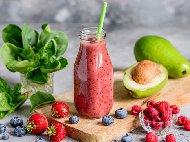 Смути с авокадо, прясно мляко и горски плодове - ягоди, малини , боровинки